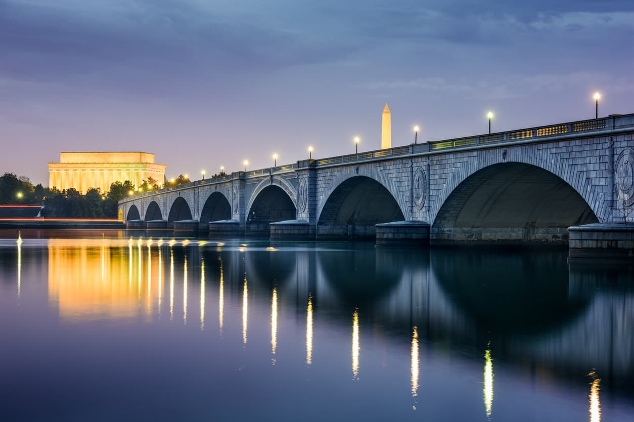 view-across-the-potomac-river-to-washington-monument-at-night